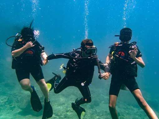 Instructor Gianluca with PADI Discover Scuba Diving participants