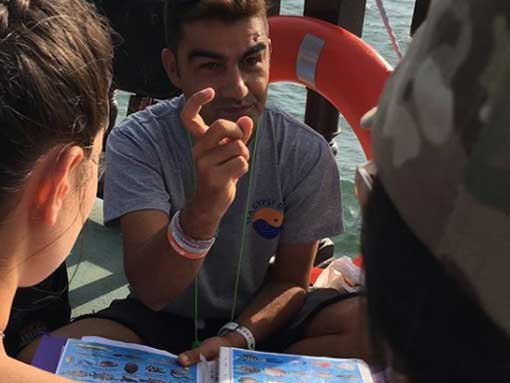 Gianluca demostrating the importance of hand signals in a good dive briefing