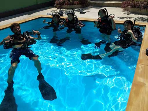 PADI Open Water Diver Course Students with Instructor Joel